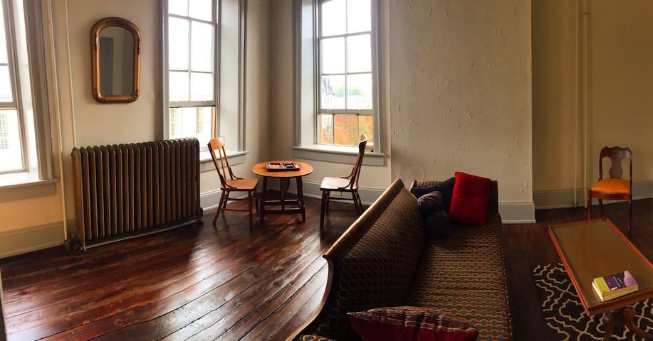 Bellefonte Victorian Apt w/ Balcony - Bellefonte - Apartment