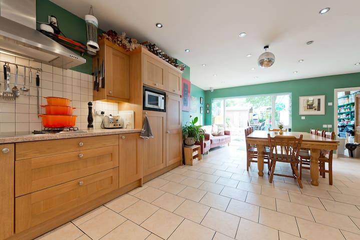 The Purple Room, 15 mins to city - Dublin D03 NP84 - House