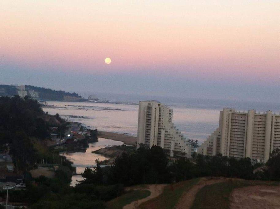 Esta es la luna poniéndose en el mar