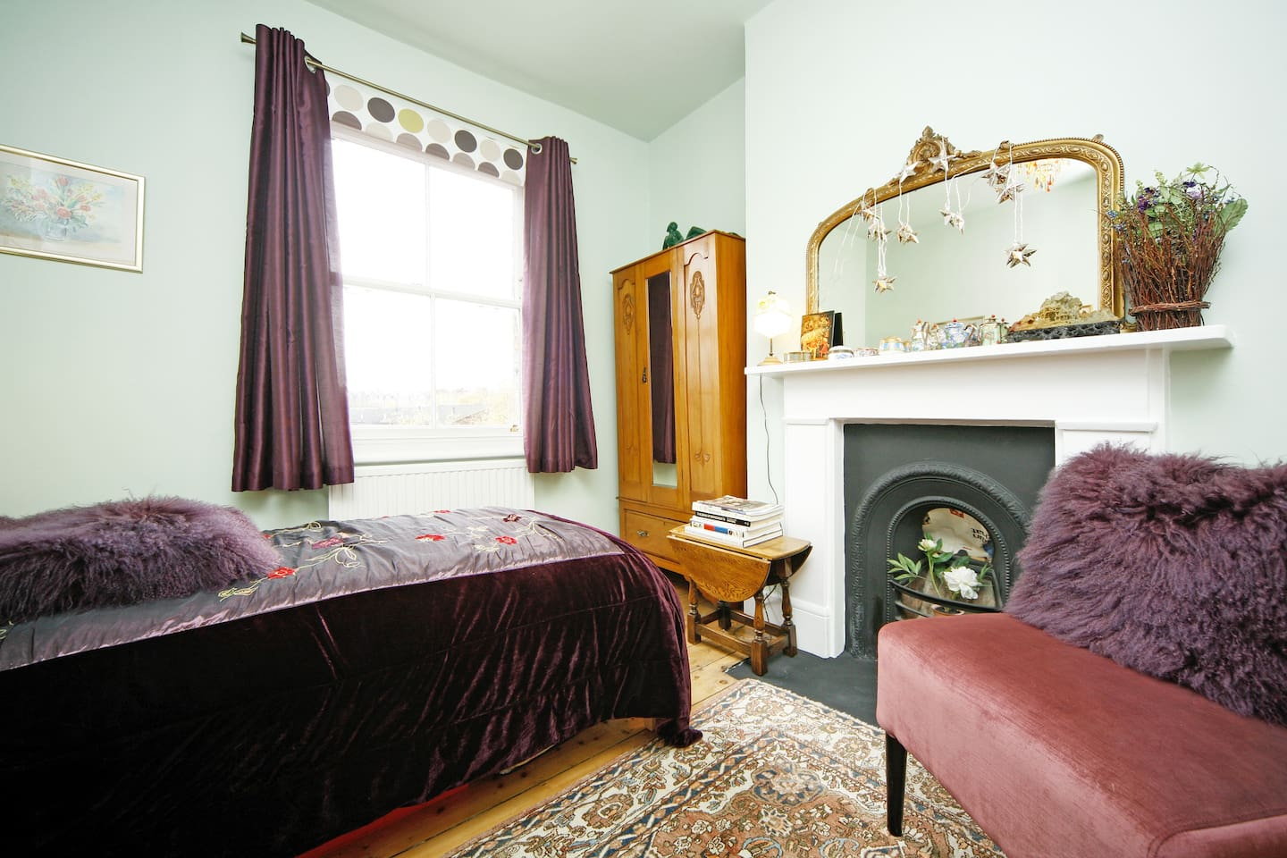 Spacious single bedroom with cosy & comfortable quality bed. Chest of drawers and wardrobe with ample space to put your clothes. Wifi available throughout the house.