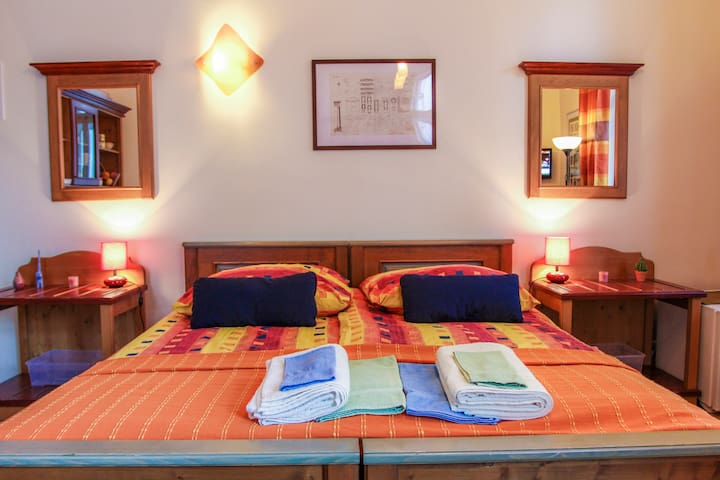 Central, Cheap&Lovely  Apartment  with WI-FI