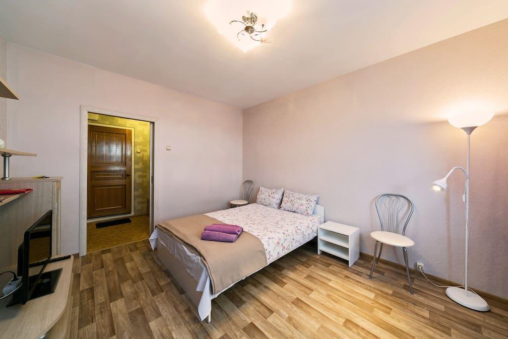 Светлая комната. Удобная двуспальная кровать.