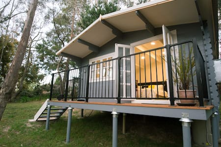 Cabin set in bush garden - Leura