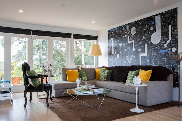 Chic contemporary art filled home. - Auckland - House