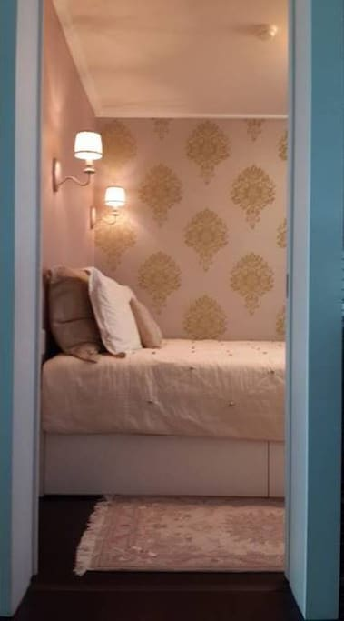 Guestroom B : cozy room with a queen-sized bed
