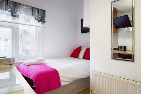 Great Location In Paddington! Single Studio Apartment on 2nd Floor with shared bathroom facilities. Free High Speed WIFI. Fresh Linen/Towels. Equipped Kitchenette. Laundry Facilities. Excellent Transport links.
