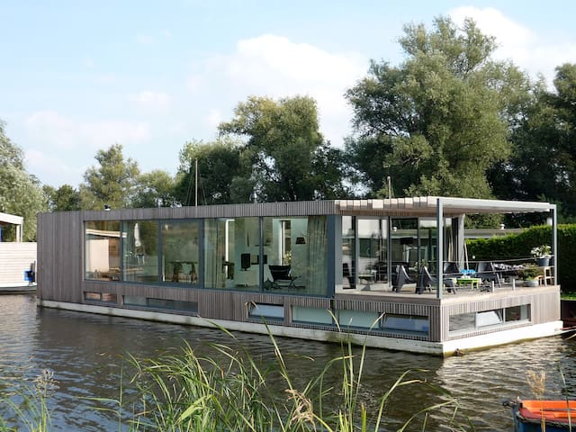 Modern houseboat near amsterdam houseboats for rent in for Houseboats for rent in california