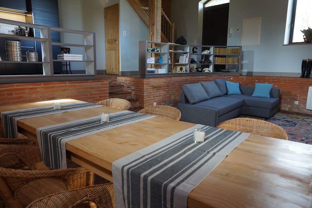 """""""Le Pressoir"""" - au rez de jardin :  grande table à manger et salon avec TV HD."""