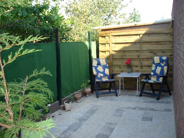 eigen beschut en zonnig terras naast de studio