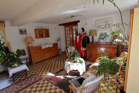 logement dans longère prche chateau - Dům