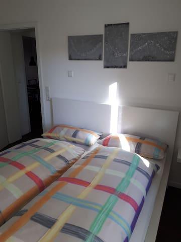 Schlafzimmer mit 1,60 x 2,00 m Bett