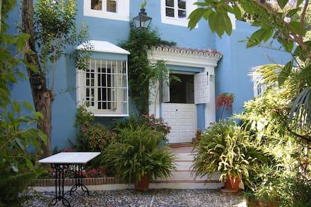 Marbella -  Un sueño romantico - มาร์เบลล่า - ที่พักพร้อมอาหารเช้า