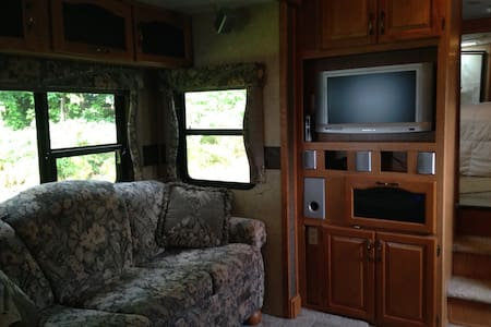 Lakefront RV for leaf peeper season - Colchester