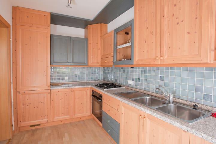 cucina dotata di lavastoviglie e molto ben fornita