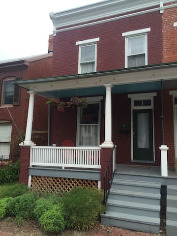 1920s Rowhouse, an easy walk from Baker Park - Frederick - Rumah