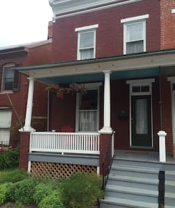 1920s Rowhouse, an easy walk from Baker Park - Frederick - Ev