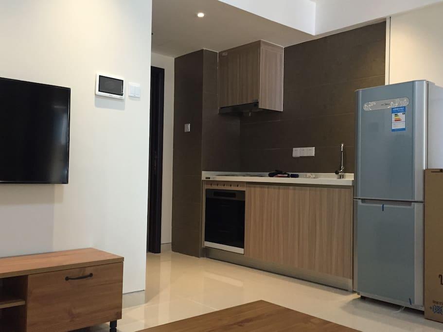 客厅和厨房,配置美的冰箱,飞利浦电视,海尔空调