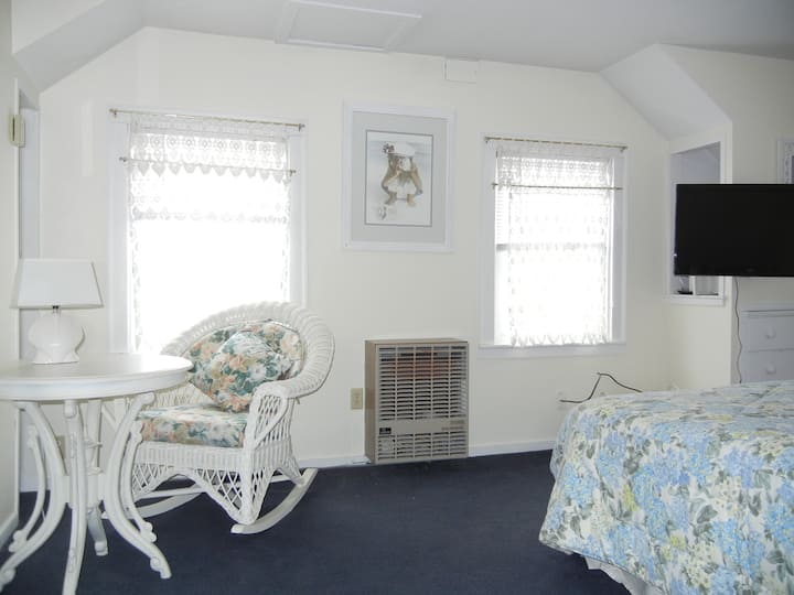 Queen Size Room 4 - Barnaby Inn