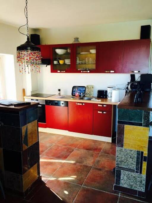 la cuisine  1 grand frigo disponible au RC et un lave linge au RC Deux petits frigos à l'étage
