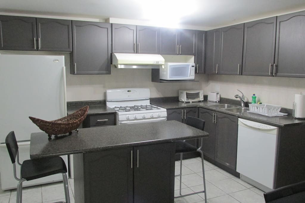 Full kitchen and dining area with island/breakfast bar