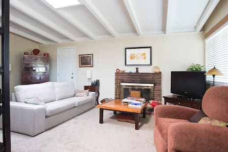 Room at the Gateway to Wine Country - El Sobrante