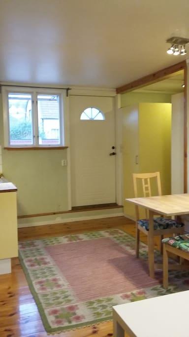 Entrén med sovalkov och bad/toa till höger, kök till vänster.
