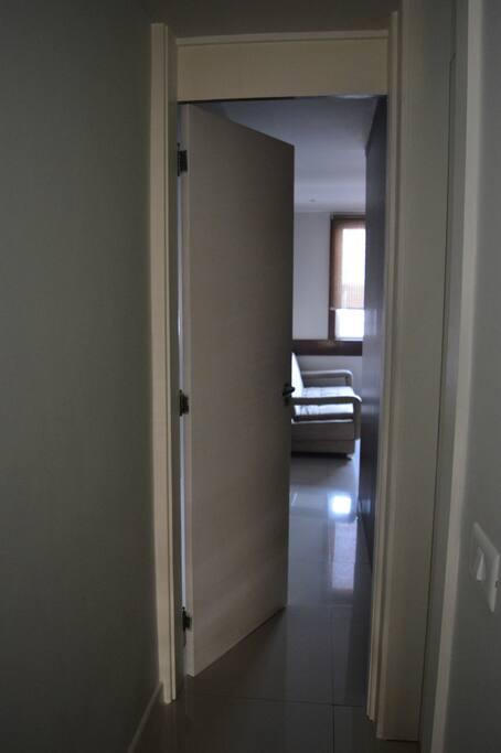 O quarto possui tranca para maior privacidade.