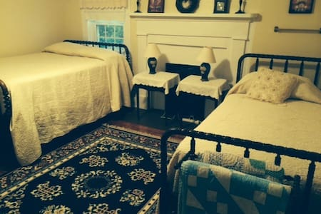 Home Place - Nanny's Room - Bed & Breakfast