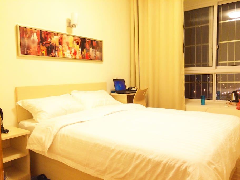 大床房见,温馨、舒适,可欣赏南站的夜景