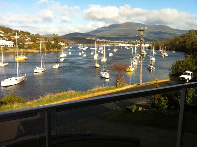 Hobart Bay Edge Spectacular view and location