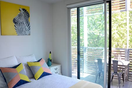 Your own private bedroom / bathroom in a modern cute 3rd floor apartment in the very heart of St Kilda. 1 min walk to Acland Street, 5 min to the Beach...everything at your doorstep! Bonus : Awesome balcony, wifi, washing machine, use of the kitchen