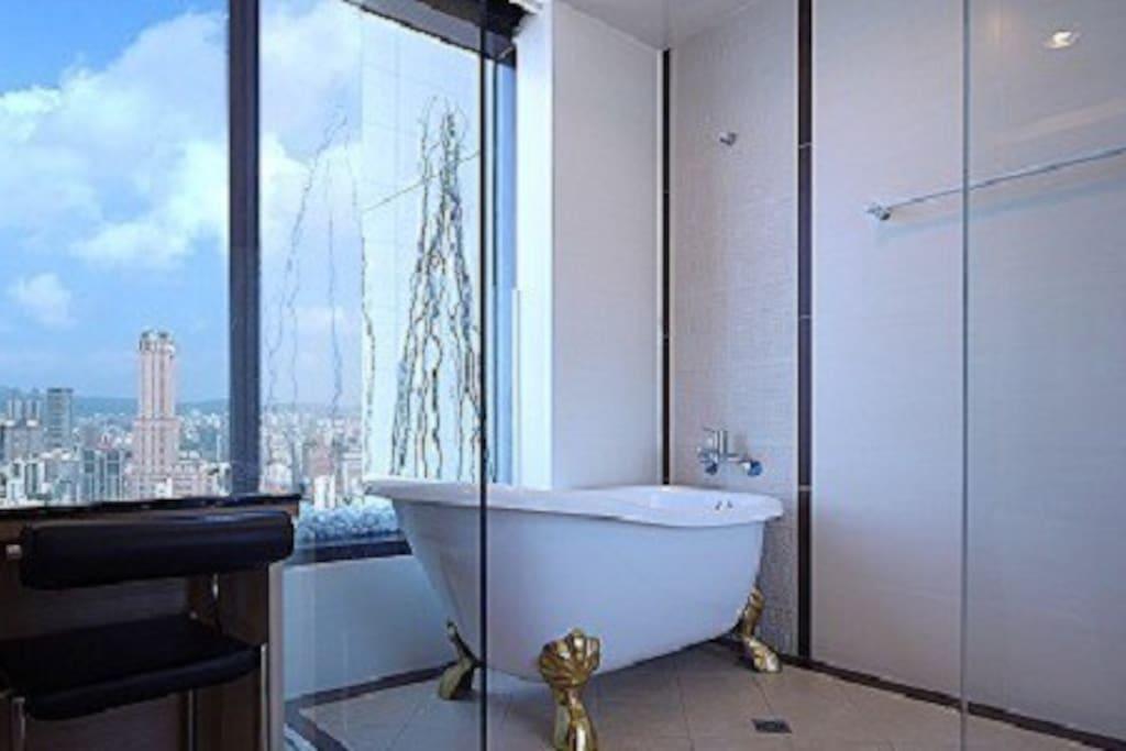 還有浴缸可以泡澡呦