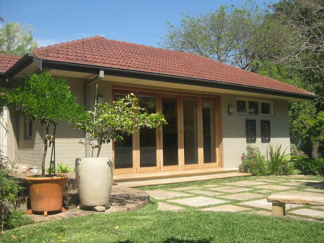 Private Modern Garden Apartment - Wahroonga - Bed & Breakfast