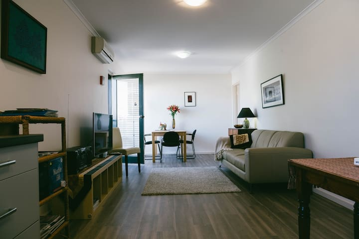 Stylish CBD Apartment with Parking - Adelaide - Appartement