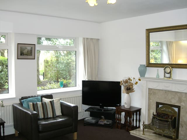 Lovely cottage 7km from Manchester - Worsley - 방갈로