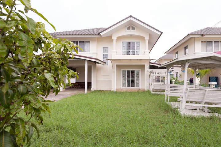 二层花园别墅,近500平方米的花园种满果树。安全安静的小区环境。 - 清迈 - Casa de campo
