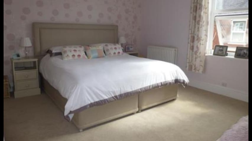 Large bright double room - York - Hus