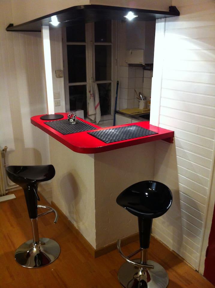 Bar avec tabourets sur cuisine ouverte