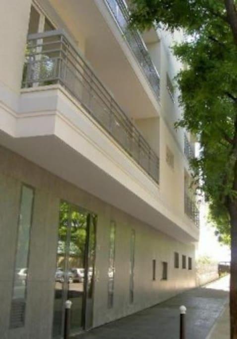 full furnished studio in paris with mezzanine bed flats. Black Bedroom Furniture Sets. Home Design Ideas
