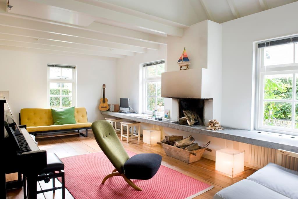 Ruime woonkamer met open haard