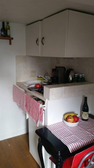 Cuisine fonctionnelle 2 plaques à induction 1 évier 1 machine à expresso 1 bouilloire