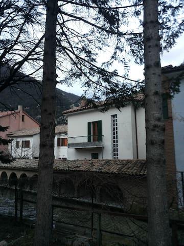 CASA SUL FIUME IN BORGO ANTICO - Pioraco - House
