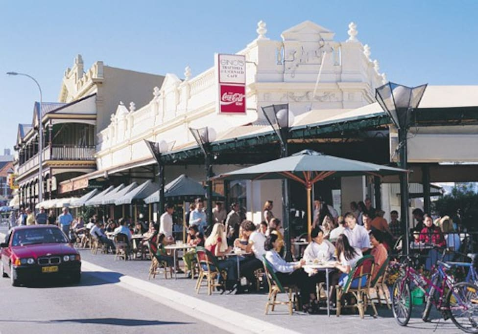 A free Bus service takes you to the centre of Fremantle's pubs, cafes and restaurants, only 5 min journey.
