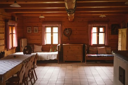 Traditional Renovated Log Cabin - Hus