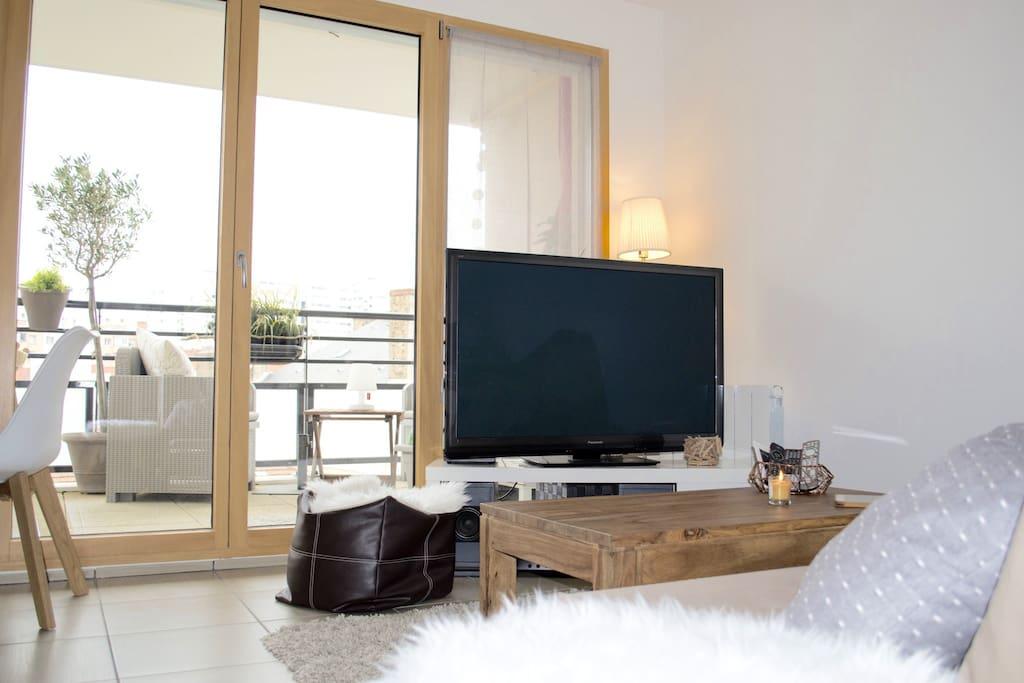 Coin canapé - Vue terrasse - Télévision 127cm - Ampli audio - Chromecast