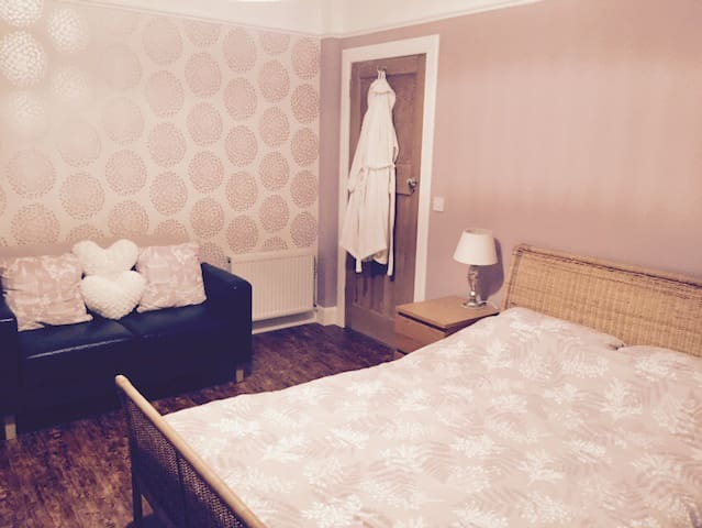Spacious double room / own bathroom - Edinburgh - Hus