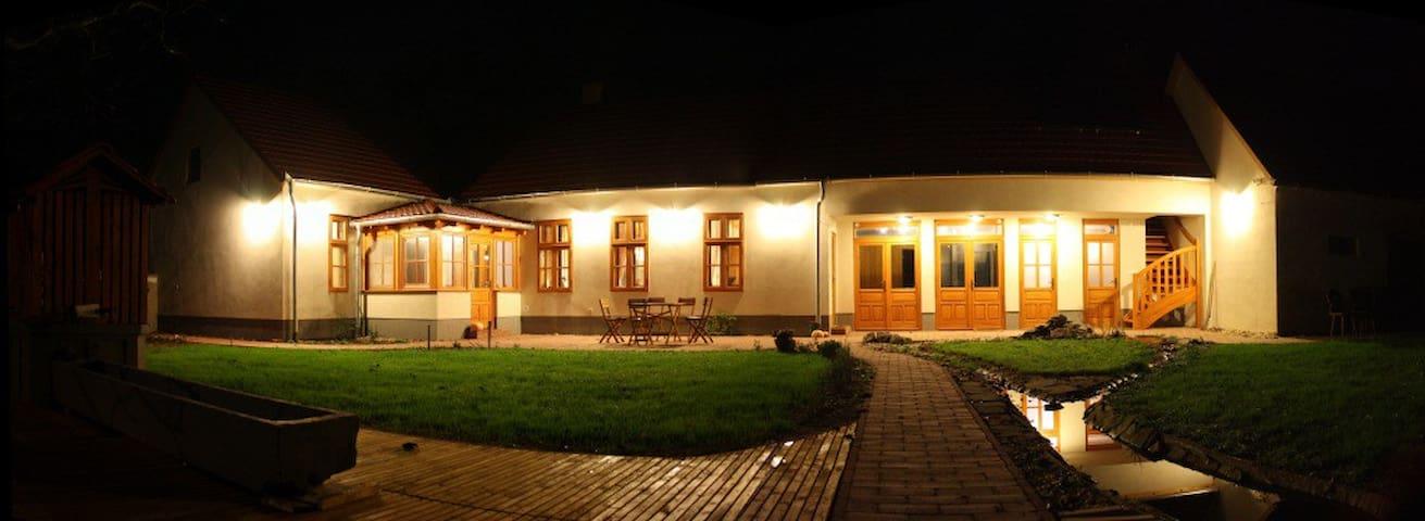 Csipkebogyó szoba a Füves Portán - Csempeszkopács