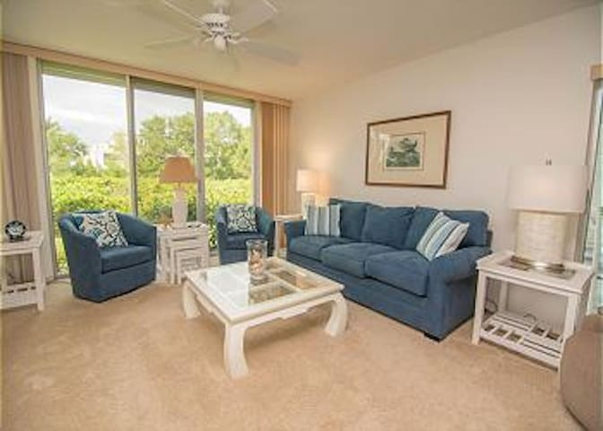 "Steps to beach 3 BR, 55"" TV WIFI - Sanibel - Appartement"