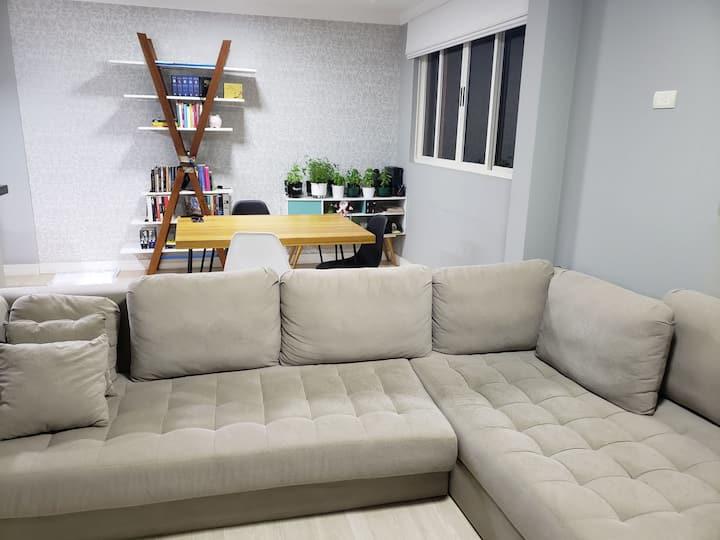 Quarto em apartamento charmoso e bem localizado