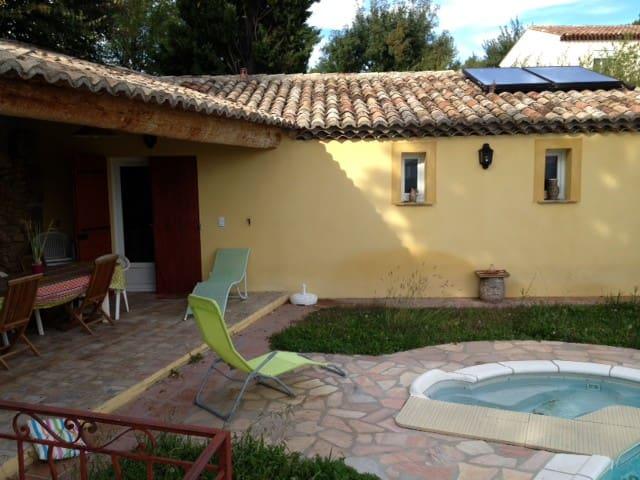 cabanon avec terrasse couverte - Eyguières - Casa